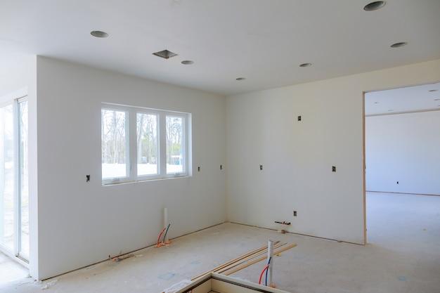 Nieuw huis voor de in aanbouw voor de installatie van woningen