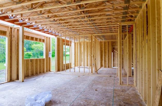 Nieuw huisbouw frame van een huis in aanbouw
