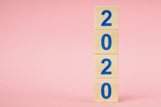 Nieuw jaar 2020 concept. houten blok kubus met nummer