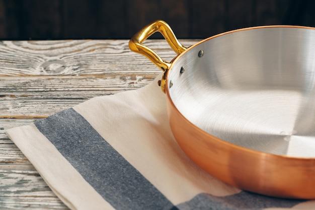 Nieuw koperkookgerei voor professionele keuken dichte omhooggaand
