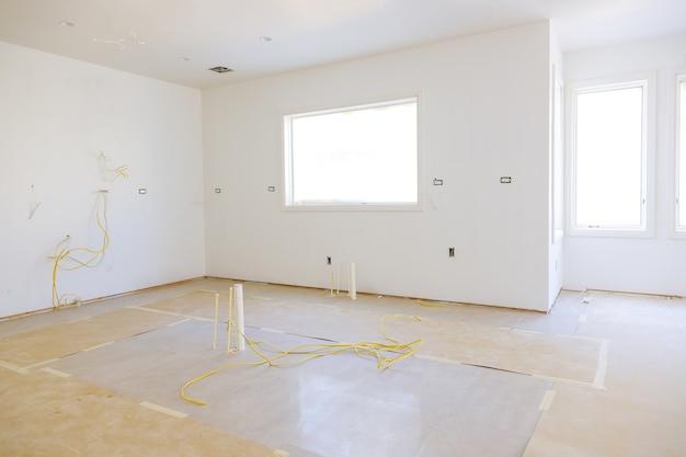Nieuw materiaal voor het installeren van een huis voor reparaties in een appartement is in aanbouw, verbouwing, verbouwing