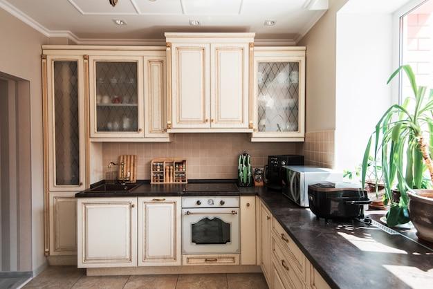 Nieuw modern keukenbinnenland
