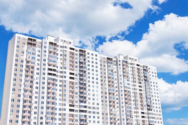 Nieuw modern wooncomplex met meerdere verdiepingen. blauwe lucht met grote witte wolken