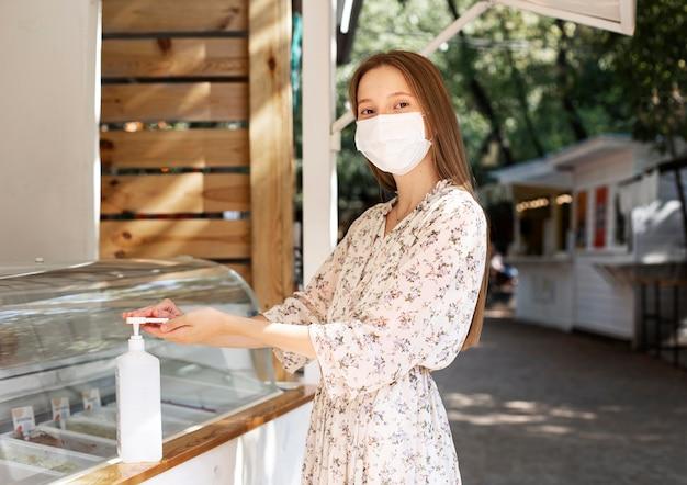 Nieuw normaal bij de coffeeshop met gezichtsmasker