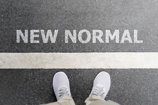 Nieuw normaal concept van de start van een bedrijf. voeten op wegachtergrond.