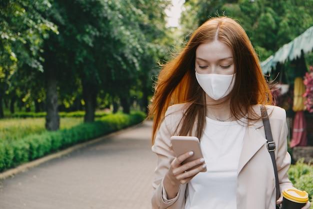 Nieuw normaal coronavirus covid tweede golf buitenportret van roodharige vrouw met beschermend masker op