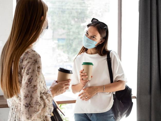 Nieuw normaal met gezichtsmasker en sociale afstand