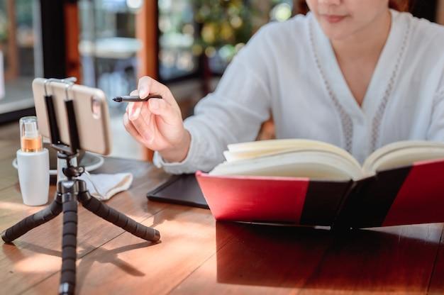 Nieuw normaal na corona. online leren of e-learning. onderwijs op elk moment en sociale verbinding thuis. aziatische vrouwenlevensstijl tijdens covid.
