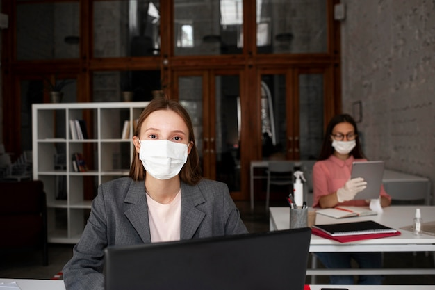 Nieuw normaal op kantoor met gezichtsmasker