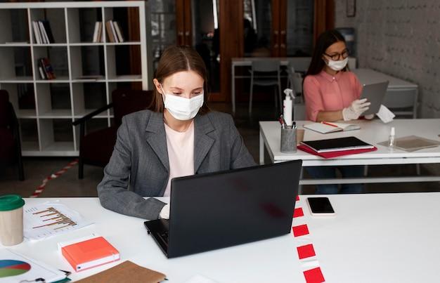 Nieuw normaal op kantoor met veiligheidsmaatregelen
