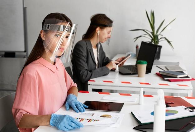 Nieuw normaal op kantoor voor bedrijfsmedewerkers