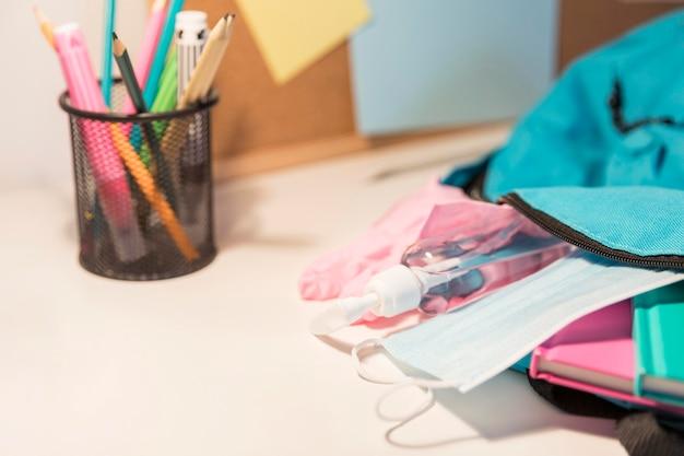 Nieuw normaal schoolspullen assortiment met kopieerruimte