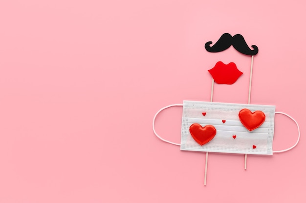 Nieuw normaal valentijnsdagconcept. medisch gezichtsmasker versierd