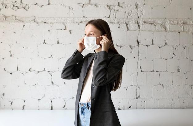 Nieuw normaal voor bedrijfsmedewerker met gezichtsmasker