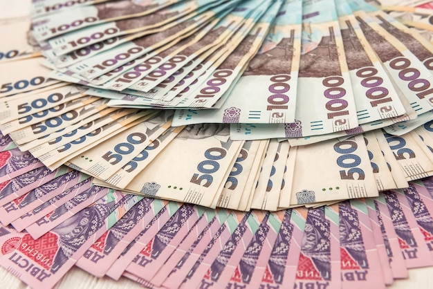 Nieuw oekraïens geld. 200 500 en 1000 bankbiljet als achtergrond. eh. geld concept
