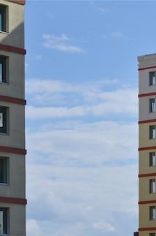 Nieuw of recentelijk voltooid woongebouw met meerdere verdiepingen
