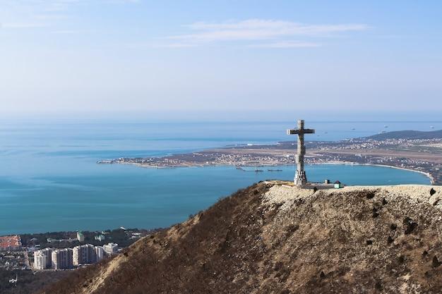 Nieuw orthodox kruis op de berg. rusland, gelendzhik