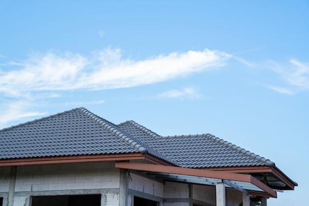 Nieuw pannendak van huis met spaans pannendak bij onvoltooide woningbouw, dakconstructie