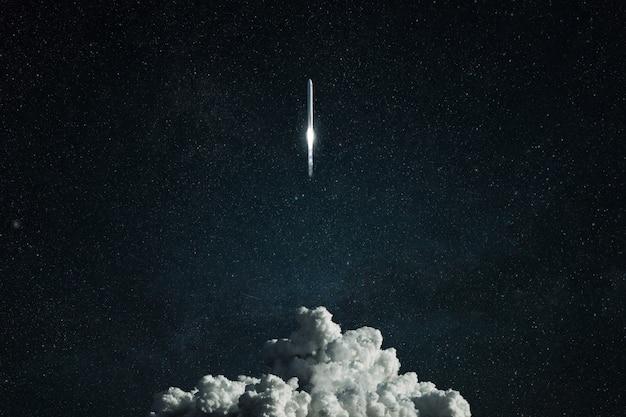 Nieuw ruimtevaartuig overwint de zwaartekracht en stijgt op in de verre ruimte. succesvolle raketlancering, concept