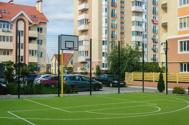 Nieuw sportveld met een bassetolring en kunstmatige groenbedekking in een nieuw zomercomplex