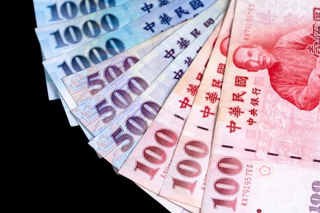 Nieuw taiwanese dollarbankbiljet, contant geld dat op achterbank wordt geïsoleerd