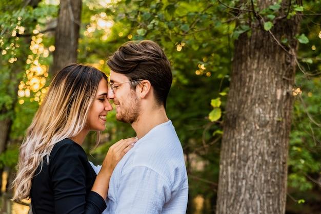 Nieuw verliefde paar lopen hun leven met elkaar gemeen.