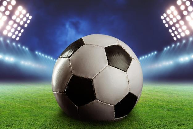 Nieuw voetbal op het voetbalveld close-up