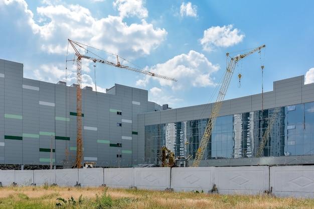 Nieuw winkel- en uitgaanscomplex in aanbouw in het stadscentrum