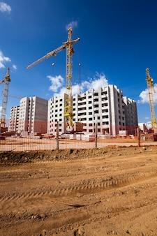 Nieuwbouw - bouw van het nieuwe huis in het nieuwe gebied in de stad.