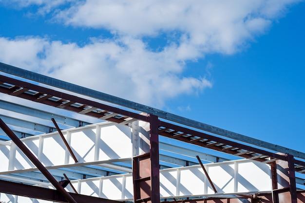 Nieuwbouw constructie metalen stalen frame, daglicht met blauwe lucht en wolken