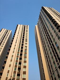 Nieuwbouw van een wooncomplex van een condominium in bangkok.