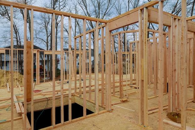 Nieuwbouw woning woningbouw huis framing tegen een blauwe hemel