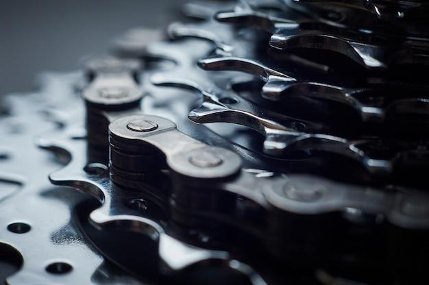 Nieuwe achter mountainbike cassette met ketting op de zwarte achtergrond