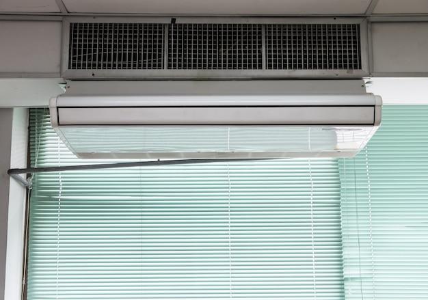Nieuwe airconditionerunit hangt aan het plafond.