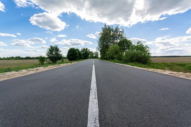 Nieuwe asfaltweg op het platteland met mooie hemel in de avond