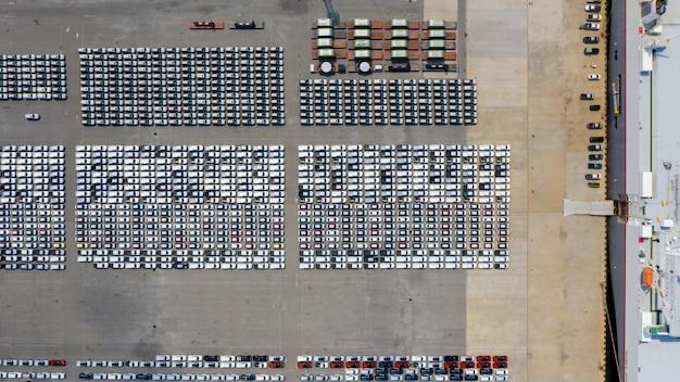 Nieuwe auto line-up parkeerplaats autofabriek export internationale dealers door verzending transport open zee luchtfoto