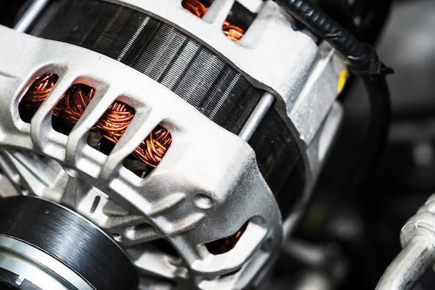 Nieuwe auto mechanische energie omzetten in elektrische energie in een auto close-up