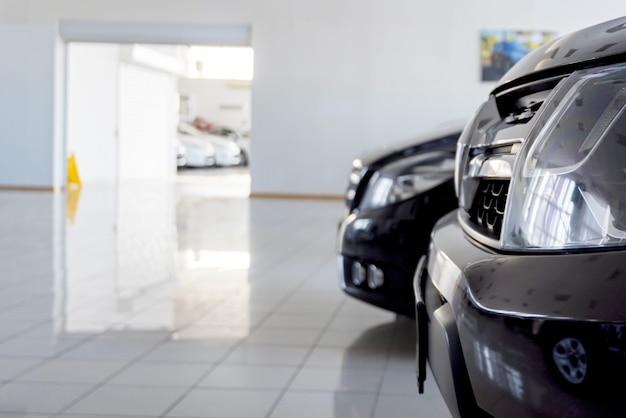 Nieuwe auto's bij dealer showroom met onscherpe achtergrond