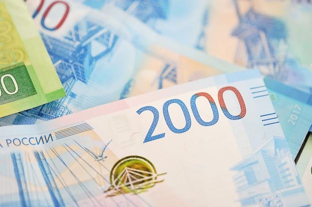 Nieuwe bankbiljetten van 2000 en 200 russische roebel