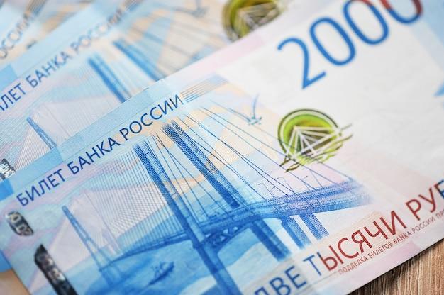Nieuwe bankbiljetten van 2000 russische roebels