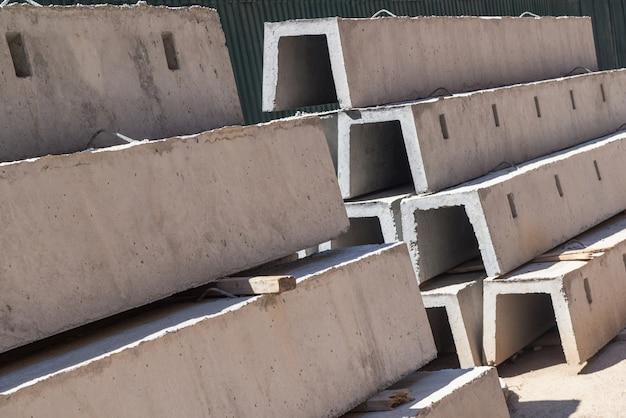 Nieuwe betonblokken voor drainage, op een rij gestapeld. bouwmateriaal