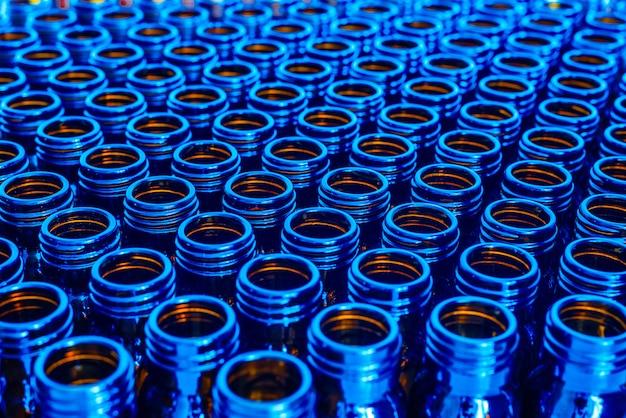 Nieuwe blauwe containers voor lege geneesmiddelen, chemisch farmaceutisch industrieconcept.