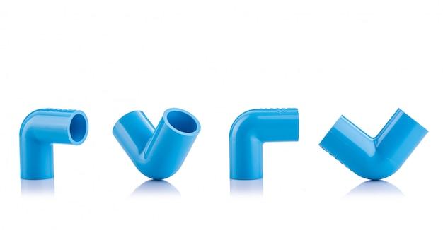 Nieuwe blauwe pvc-connector voor waterpijp geïsoleerd op wit