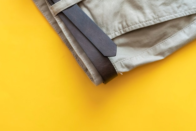 Nieuwe bruine casual broek broek met kopie ruimte op een verkoop prijskaartje geïsoleerd op kleurrijke achtergrond.