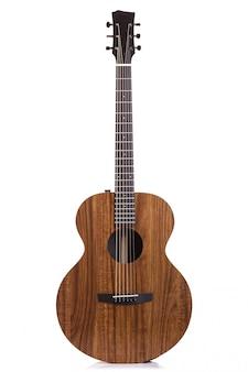 Nieuwe bruine gitaar die op wit wordt geïsoleerd