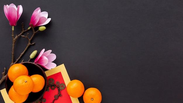 Nieuwe chinese jaarmandarijnen en magnolia