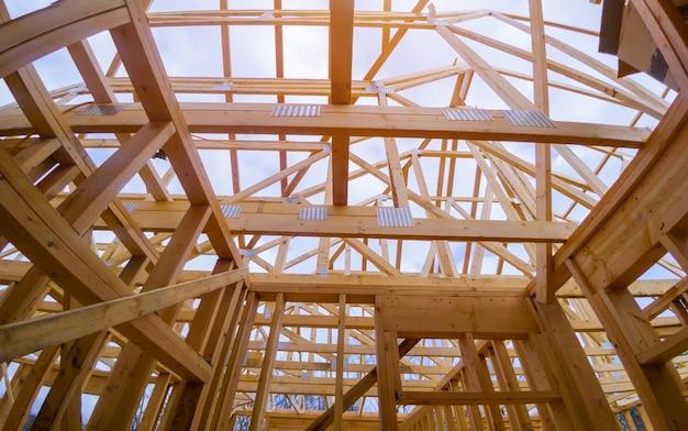 Nieuwe constructie van balkenbouwhuis omlijstde het grondvlak