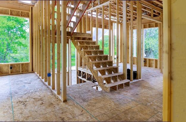Nieuwe constructie van een huis met een balkconstructie omlijst de grond tegen een blauwe hemel