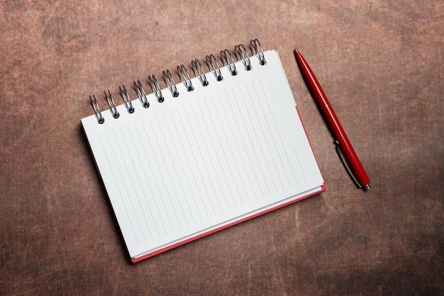 Nieuwe contracten ondertekenen, deals sluiten, hypotheekafrekeningen en berekeningen, toekomstige schulden aflossen met grafieken en tabellen, ideeën voor de voortgang van de afbetalingen van het huis
