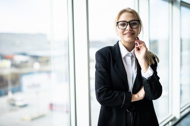 Nieuwe dag nieuwe beslissingen. de jonge mooie hand van de vrouwenholding op kin en nadenkend het kijken terwijl het zitten op haar werkende plaats